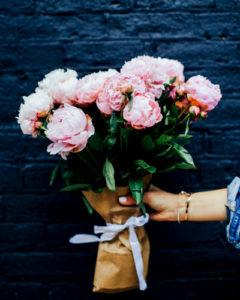 Hand mit Blumenstrauss, 400